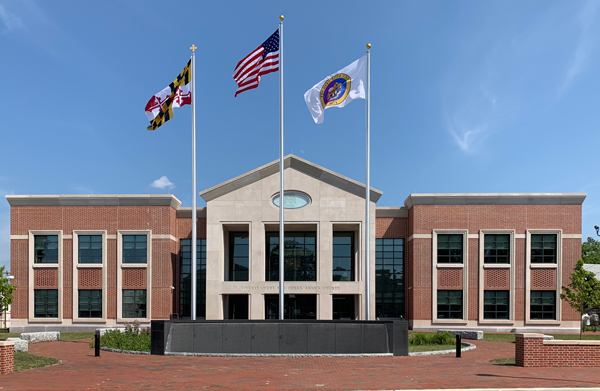 Photo of the Courthouse - Circuit Court for Queen Anne's County and the Statute of Queen Anne in the Courtyard